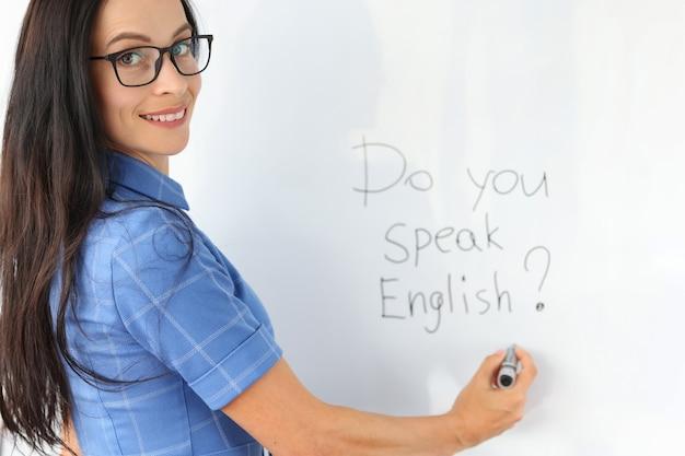 Lettering parli inglese sul concetto di insegnante di inglese lavagna bianca?