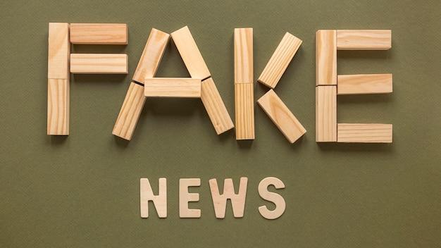 Lettere che formano un messaggio di notizie false