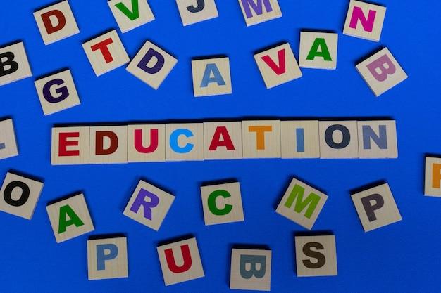 Lettere sparse con la parola educazione al centro