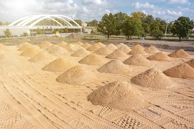 Livellamento del terreno. cantiere vuoto di una zona residenziale con un mucchio di sabbia. fotografia aerea