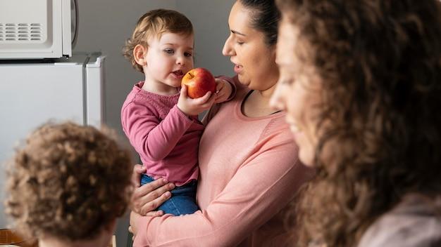 Famiglia lgbt a casa con bambini