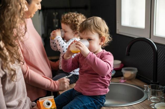 Famiglia lgbt che trascorre del tempo insieme in cucina