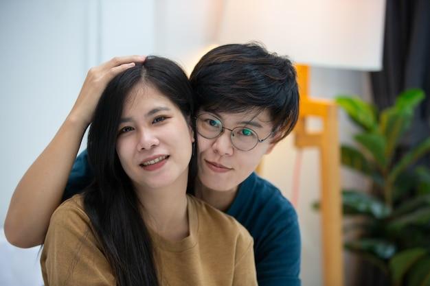 Concetto di felicità di momenti di amore di coppia lesbica lgbt