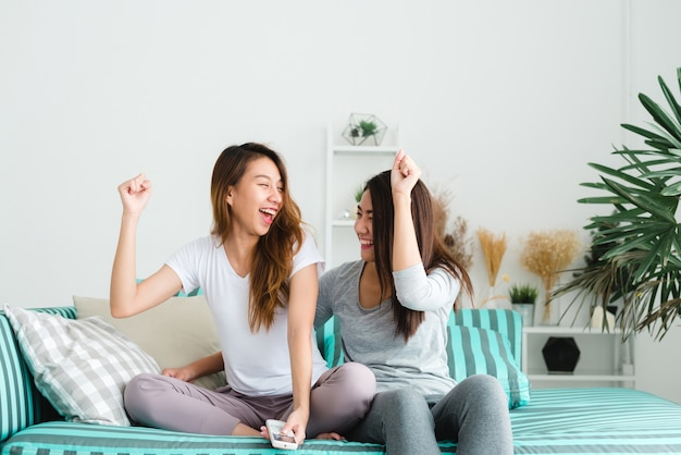 Le donne lesbiche lgbt accoppiano momenti felici. le donne lesbiche coppia insieme il concetto interno