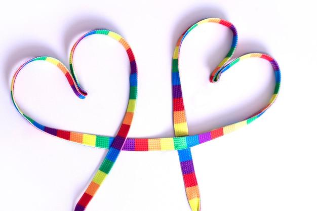 Simbolo del nastro dell'orgoglio del nastro arcobaleno lgbt a forma di cuore concetto di amore per lo stesso sesso