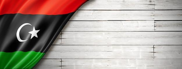 Bandiera della libia sul vecchio muro bianco.