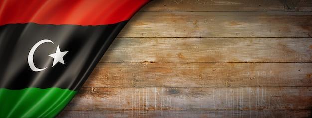 Bandiera della libia vintage sulla parete di legno. panoramica orizzontale.
