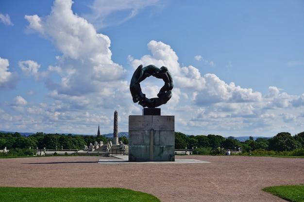 Scultura del cerchio di vita nel parco vigeland, parco frogner, città di oslo, norvegia nel cielo blu. lavoro di squadra umano, bellezza, forza.