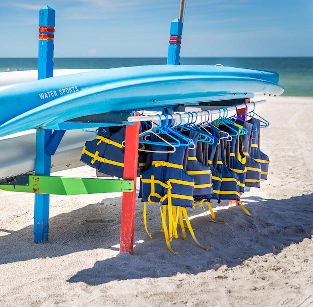 Giubbotti di salvataggio e barche sulla spiaggia di st.pete in florida