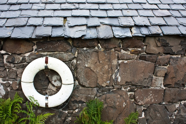 Salvagente su un muro in un villaggio di pescatori - scozia