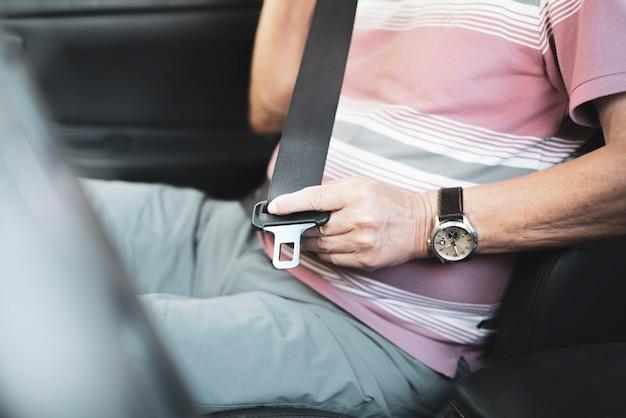 Le cinture di sicurezza salvavita, allacciare sempre le cinture di sicurezza in auto, protezione di sicurezza per guidatore e passeggero