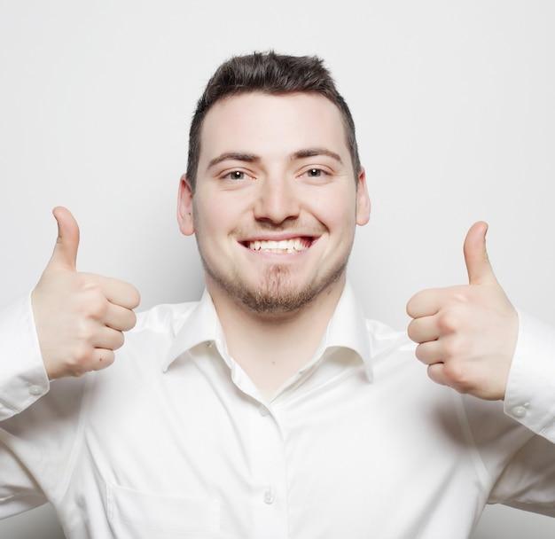 Stile di vita, affari e concetto di persone: uomo d'affari che va con il pollice in alto, isolato su bianco