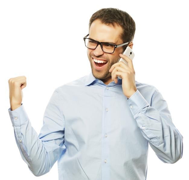 Stile di vita, affari e concetto di persone: uomo d'affari gesticolante di successo con il telefono cellulare, isolato su sfondo bianco.