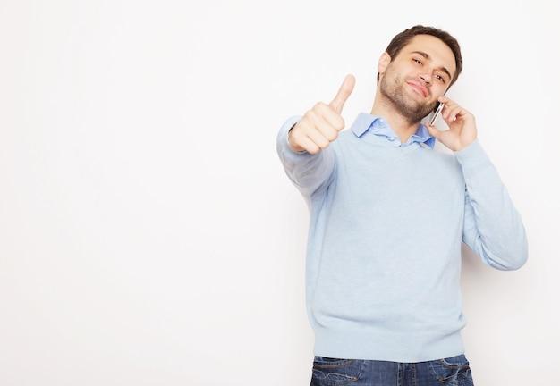 Stile di vita, affari e concetto di persone: giovane uomo d'affari utilizzando il telefono cellulare su sfondo bianco.