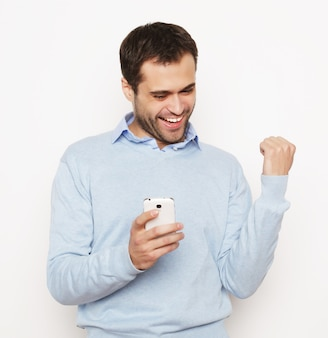 Stile di vita, affari e concetto di persone: giovane uomo d'affari che utilizza il telefono cellulare. su sfondo bianco.
