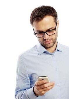 Stile di vita, affari e concetto di persone: giovane uomo d'affari che utilizza il telefono cellulare.