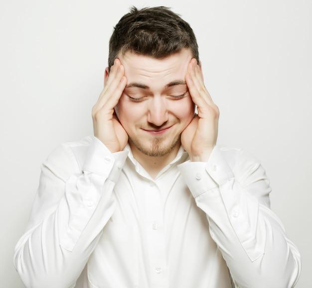 Stile di vita, affari e concetto di persone: giovane uomo d'affari con mal di testa o problema