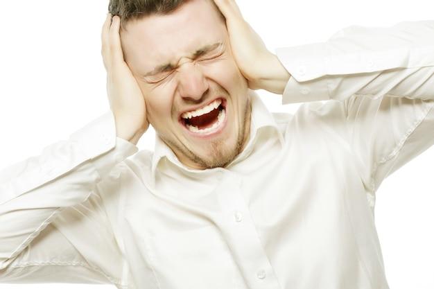 Stile di vita, affari e concetto di persone: giovane impiegato arrabbiato per lo stress che urla isolato su bianco