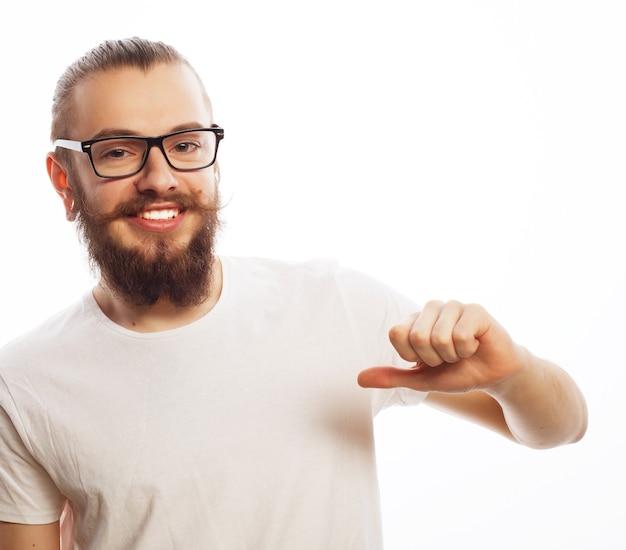 Stile di vita, istruzione e concetto della gente: uomo felice che dà i pollici sul segno - ritratto su fondo bianco.