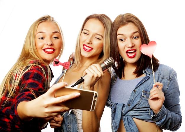 Stile di vita, felicità, emotivo e concetto di persone: ragazze divertenti, pronte per la festa, selfie