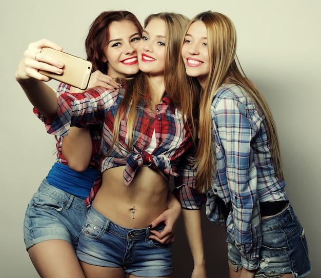 Stile di vita, felicità, concetto emotivo e di persone: ragazze divertenti, pronte per la festa, selfie