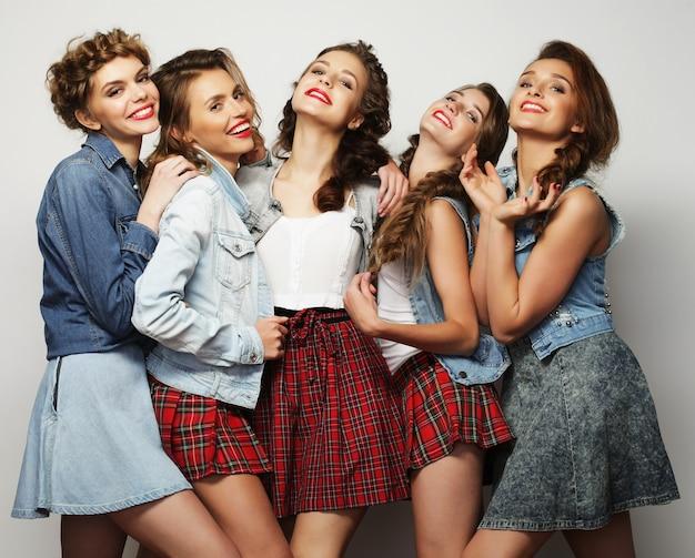 Stile di vita e concetto di persone: ritratto di moda di cinque migliori amiche di ragazze sexy alla moda