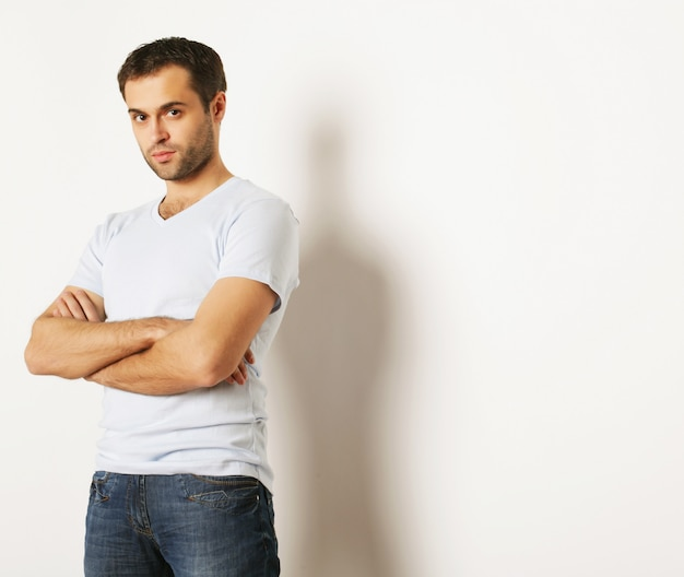 Stile di vita e concetto di persone: bell'uomo in camicia azzurra, su uno spazio bianco.