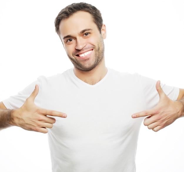 Stile di vita e concetto di persone: bell'uomo in camicia bianca, isolato su uno spazio bianco.