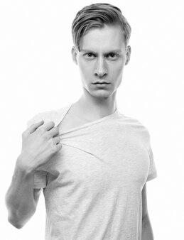 Stile di vita e concetto di persone: bell'uomo in camicia bianca, girato in studio isolato su sfondo bianco.
