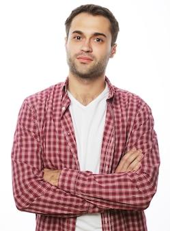 Stile di vita e concetto di persone: bel giovane in camicia che guarda la telecamera