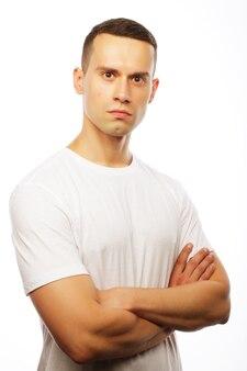 Stile di vita e concetto di persone: bel giovane che indossa una maglietta bianca