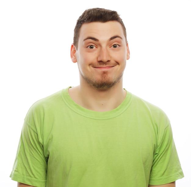 Stile di vita e concetto della gente: giovane felice in maglietta verde. isolato su bianco.
