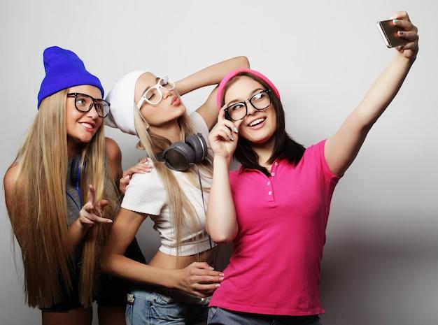 Stile di vita e concetto di persone: le migliori amiche delle ragazze hipster che prendono selfie