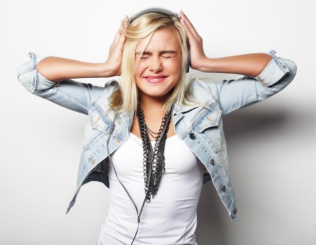 Stile di vita e concetto di persone: la ragazza carina ama ascoltare la musica listening
