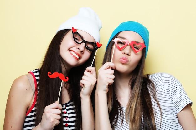Stile di vita e concetto di persone: ragazze alla moda migliori amiche pronte per la festa