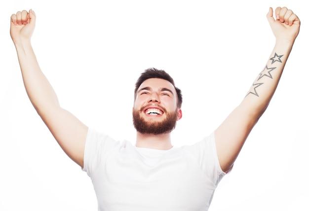 Stile di vita e concetto di persone: giovane uomo barbuto che mostra la mano su sfondo bianco.