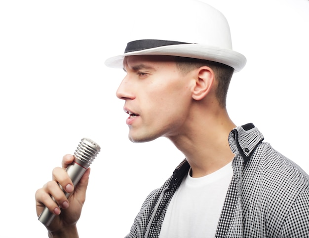 Stile di vita e concetto di persone: giovane cantante con microfono