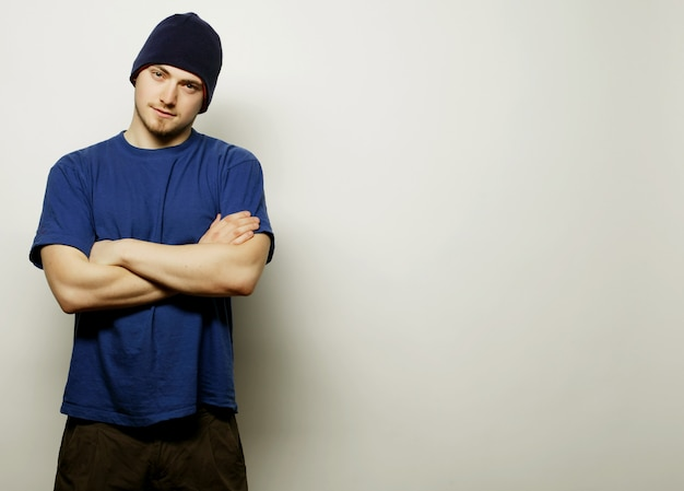 Stile di vita, sport e concetto di persone - giovane uomo bello in maglietta blu e cappello blu.
