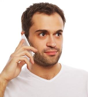 Stile di vita, tecnologia e concetto di persone: uomo allegro in camicia che parla al telefono, isolato su bianco