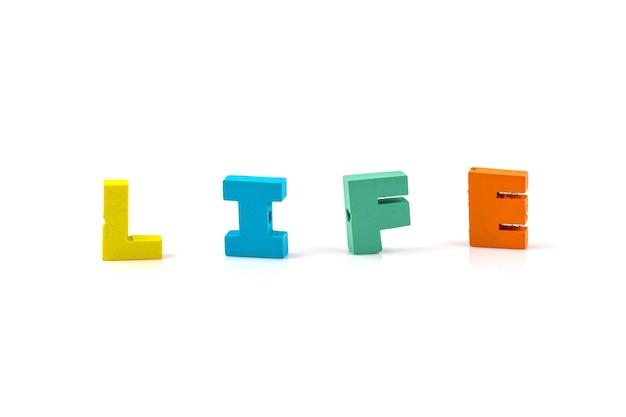 Parola di vita sui blocchi di legno isolati su fondo bianco