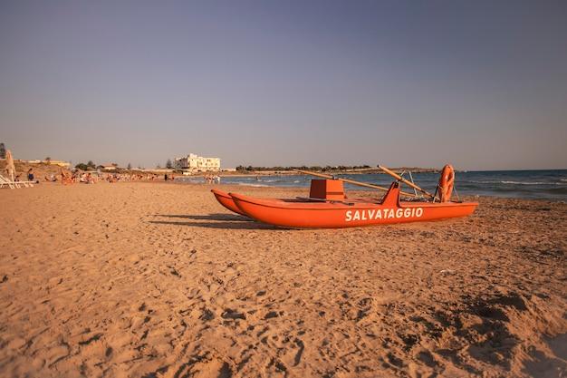 Scialuppa di salvataggio sulla spiaggia di modica in sicilia