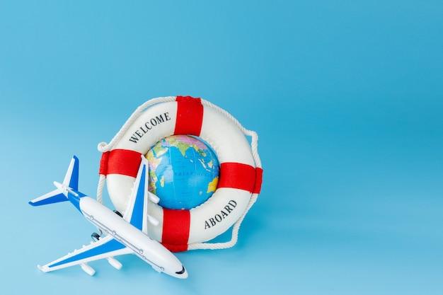 Salvagente, modello di aeroplano e globo. estate o concetto di vacanza. copia spazio.