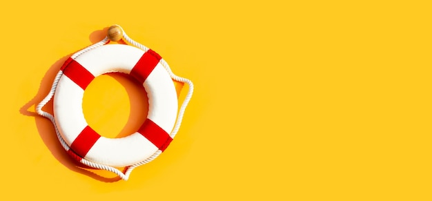 Salvagente sulla superficie gialla