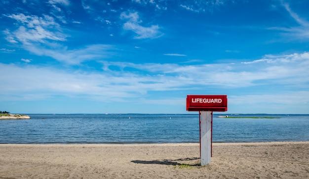 Torretta del bagnino sulla spiaggia
