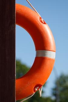 Ancora di salvezza alla stazione della spiaggia. salvataggio di annegamento. foto di alta qualità