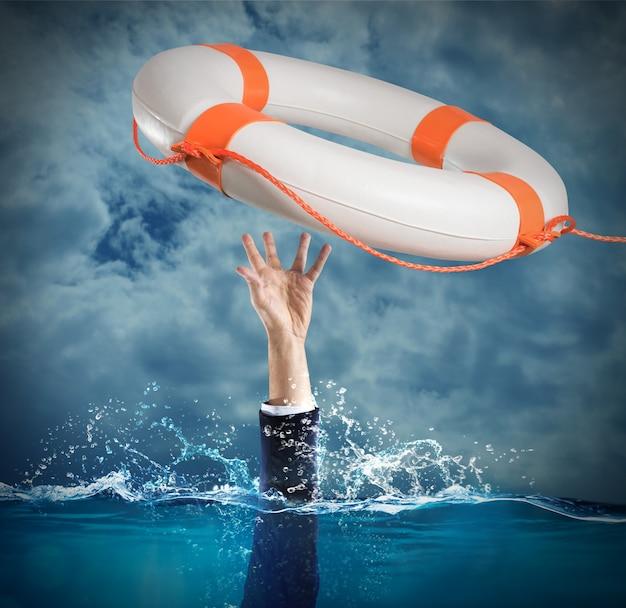 Lifesaver ha lanciato un uomo che sta annegando in mare