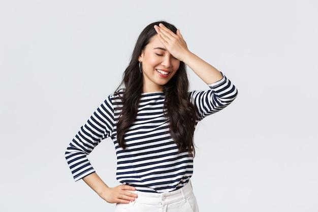 Stile di vita bellezza e moda persone emozioni concetto imbarazzante ridere donna asiatica facepalm e chiudere...