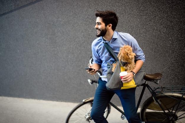 Stile di vita, comunicazione e concetto di persone. giovane con bicicletta e smartphone sulla strada della città