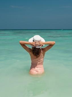 Stile di vita moda ritratto giovane ragazza godendo il viaggio sull'isola tropicale in superficie
