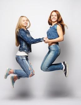 Stile di vita e ragazze che saltano
